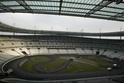Thursday, December 1st: asphalt rubbing strips laid and painted, track cleaned and the two lanes marked out, paddock installed, service vehicles take up position in the basement perimeter road of the Stade de France, installation of the electronic timing