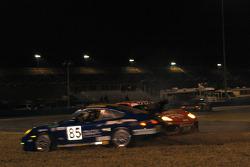 #85 Condor Motorsports Porsche GT3 Cup: Grant Phipps, Armando Trentini, Eddie Nahir, Don Mayer, Mike Hardage évite un accrochage de #52 Mastercar Ferrari 360 Challenge: Luca Drudi, Gabrio Rosa, Luis Monzon, Maria DeVillota