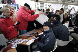 Volkswagen Motorsport departure in Wolfsburg: Fabrizia Pons signs autographs