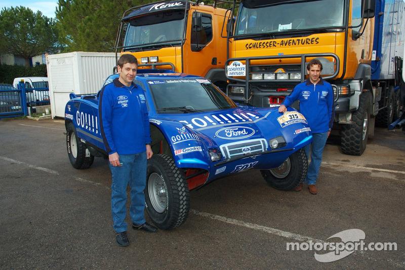 Team Gauloises Schlesser: Arnaud Debron et Thierry Magnaldi posent avec le Schlesser-Ford Buggy