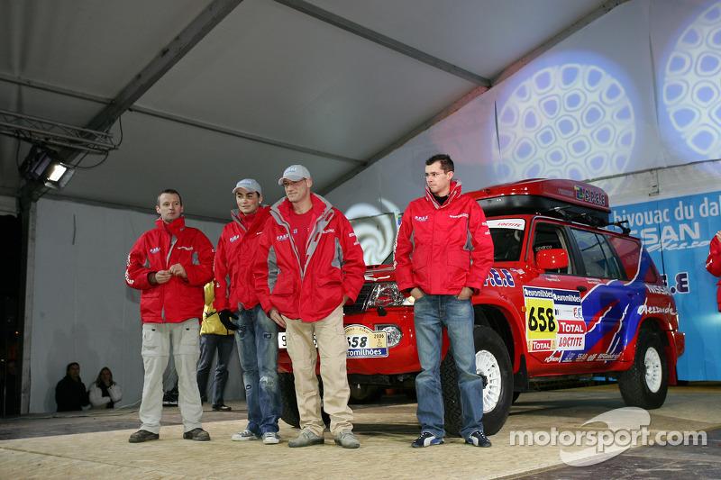 Présentation publique de l'équipe Nissan à Dessoude: L'équipe d'assistance et les véhicules de Nissan Dessoude