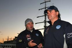 Andreas Schulz y Carlos Sainz esperan al ferry