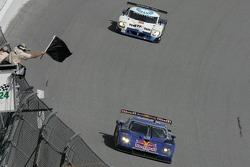 Black flag for #58 Red Bull/ Brumos Porsche Porsche Fabcar: David Donohue, Darren Law, Sascha Maassen