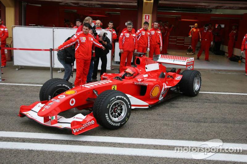 Valentino Rossi au volant de la Ferrari F2004 à moteur V10 à Valence, en 2006