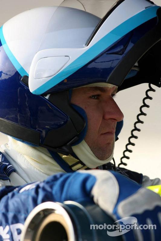 Un membre de l'équipe Williams se tient prêt pour l'entraînement d'arrêt au stand