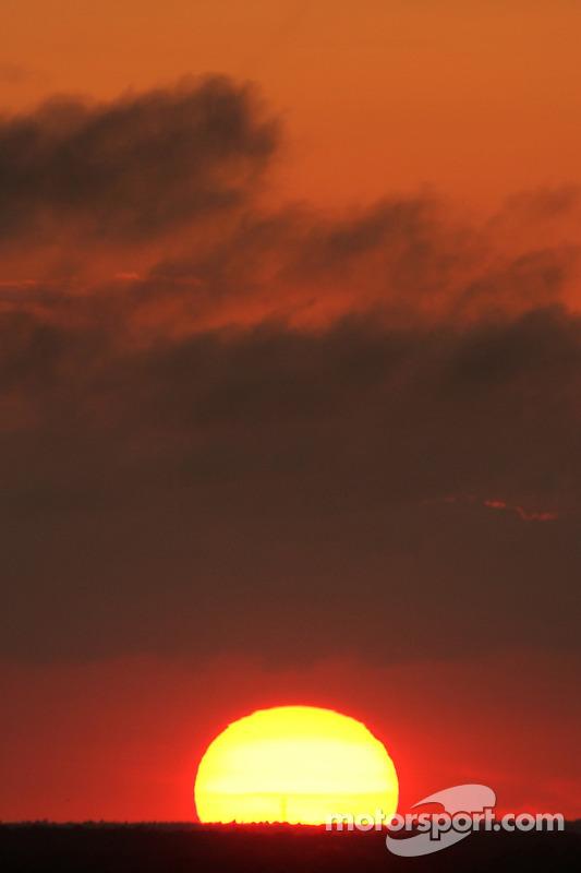 Après un long jour de pluie, un lever de soleil spectaculaire à Daytona
