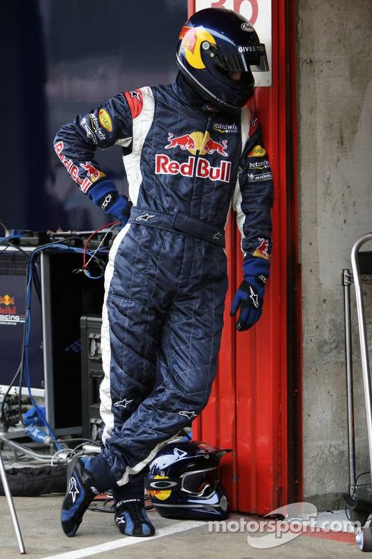 Un membre de l'équipe Red Bull Racing prêt pour l'entraînement de l'arrêt au stand