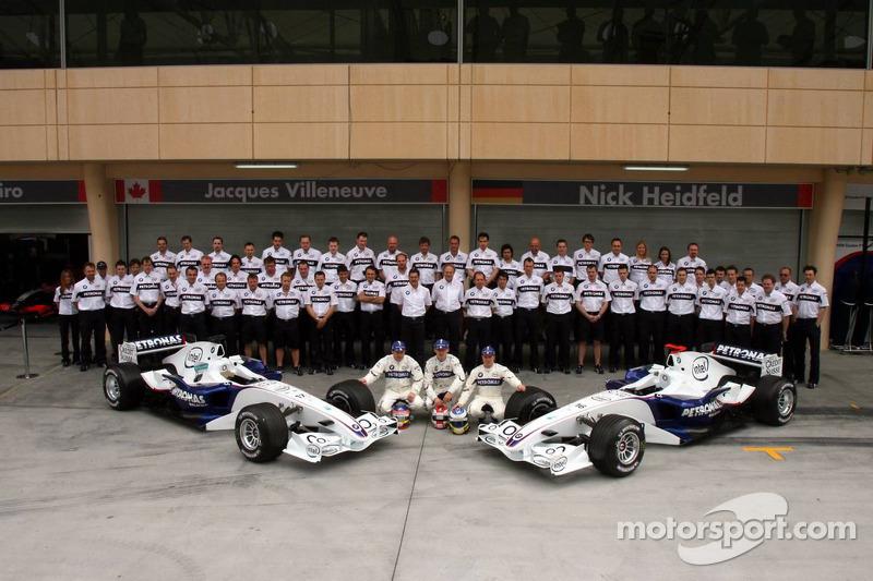 BMW Sauber photoshoot: Jacques Villeneuve, Robert Kubica and Nick Heidfeld pose with BMW Sauber team members