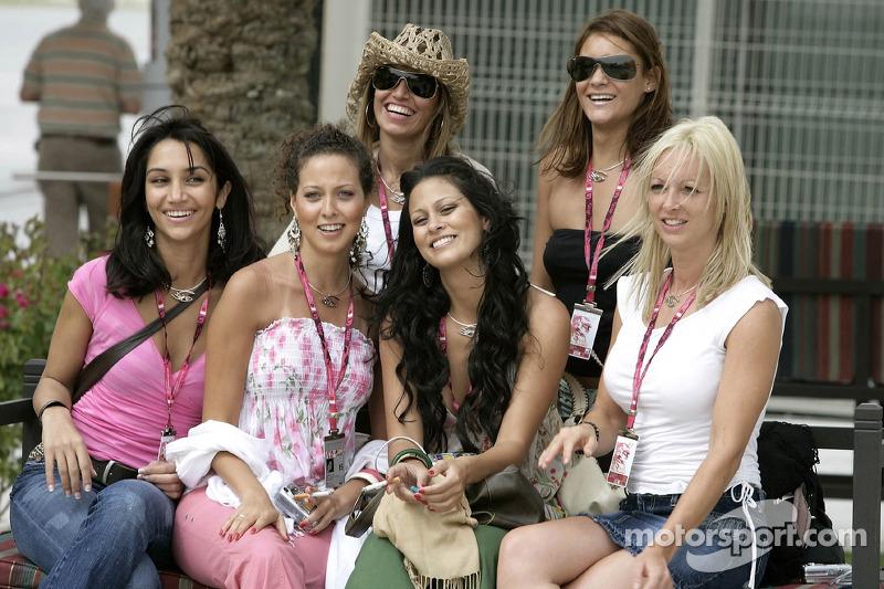 Formula Unas girls tour the paddock