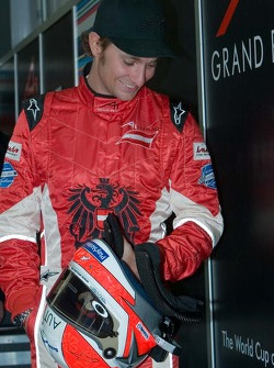 Mathias Lauda, pilote de l'équipe d'Autriche, est pesé avec son casque au garage