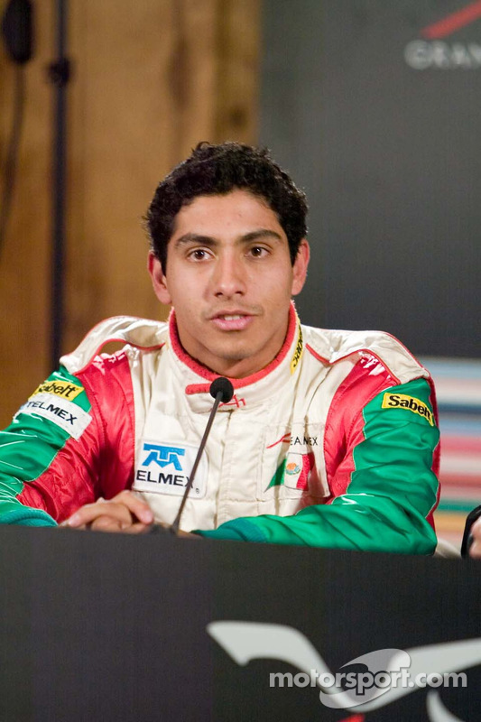 Le pilote de l'équipe du Mexique Salvador Duran avec les médias après avoir signé le meilleur temps des essais 2