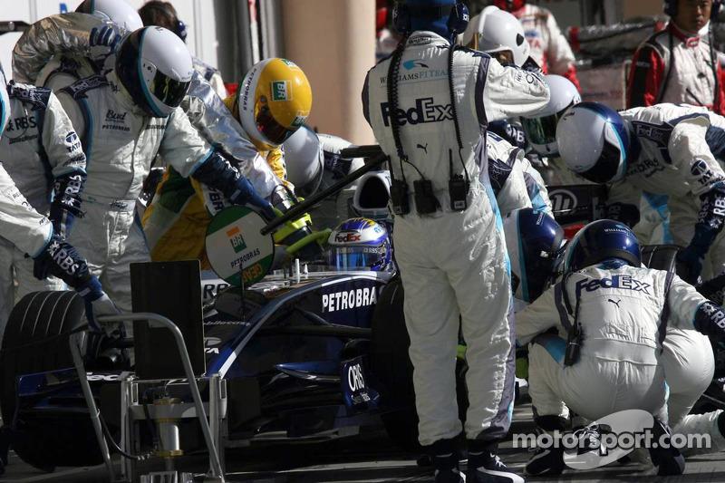 Parada en pits para Nico Rosberg