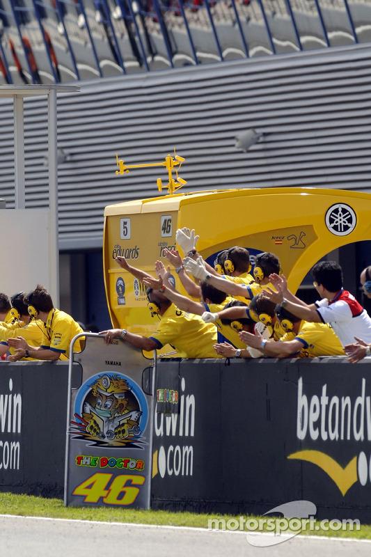 L'équipe Camel Yamaha fête la victoire après une course difficile