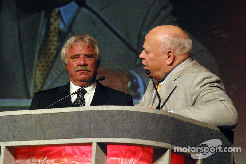 Raymond Beadle accepte l'award du Bruton Smith Legends