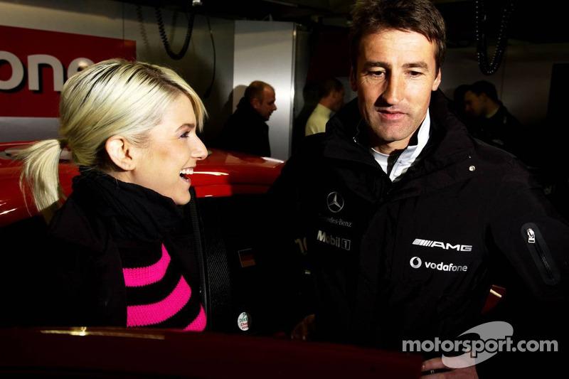 Bernd Schneider parle avec la chanteuse allemande Jeanette