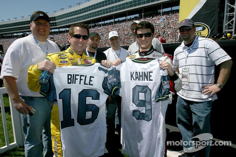 Greg Biffle et Kasey Kahne posent avant le départ