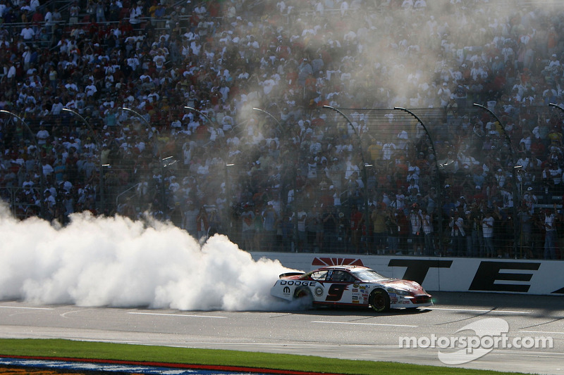 Le vainqueur Kasey Kahne chauffe son moteur
