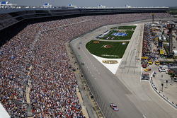 Mark Martin leads the field in the opening laps