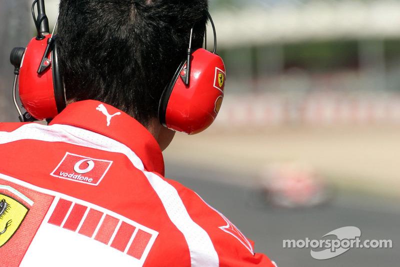 Mécanicien Ferrari regardent Luca Badoer