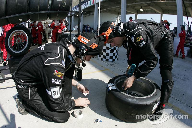 Equipe Intersport Racing prépare les pneus