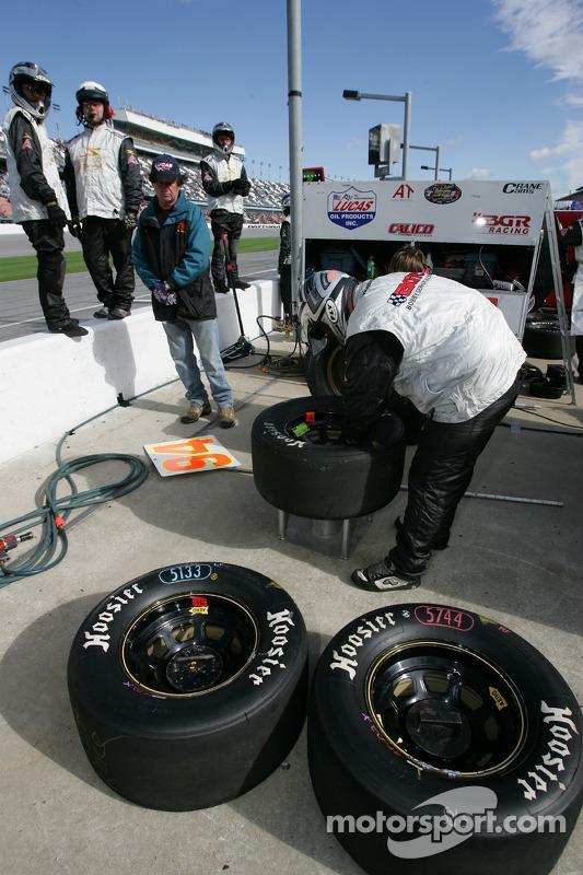 L'équipe Bobby Gerhart Racing prépare les roues