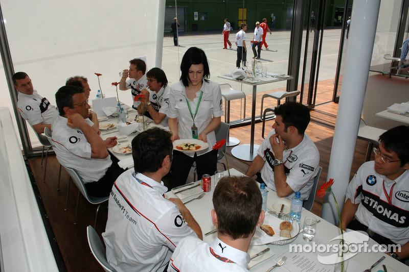 L'équipe BMW Sauber déjeune dans la zone d'hospitalité