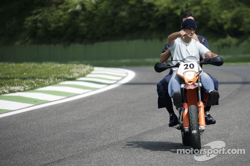Vitantonio Liuzzi avec l'ingénieur de course Riccardo Adami sur sa KTM