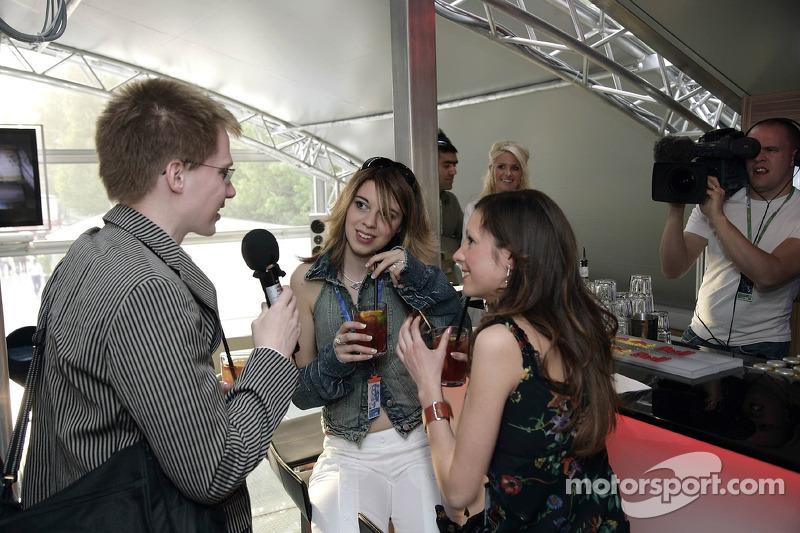 Jeudi refroidi: les jeunes femmes de Formule 1 de Red Bull Energy Station