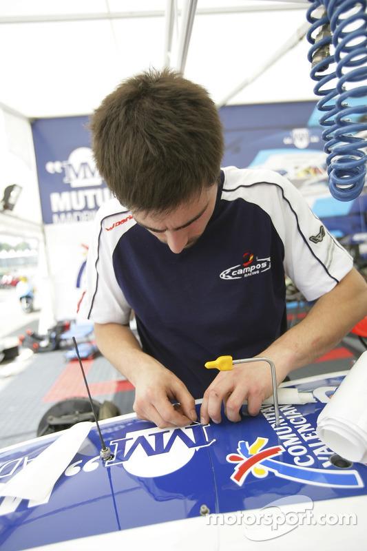 L'équipe Campos prépare ses voitures