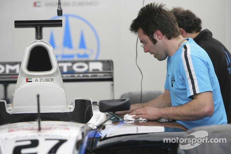 L'équipe Trident Racing prépare les voitures