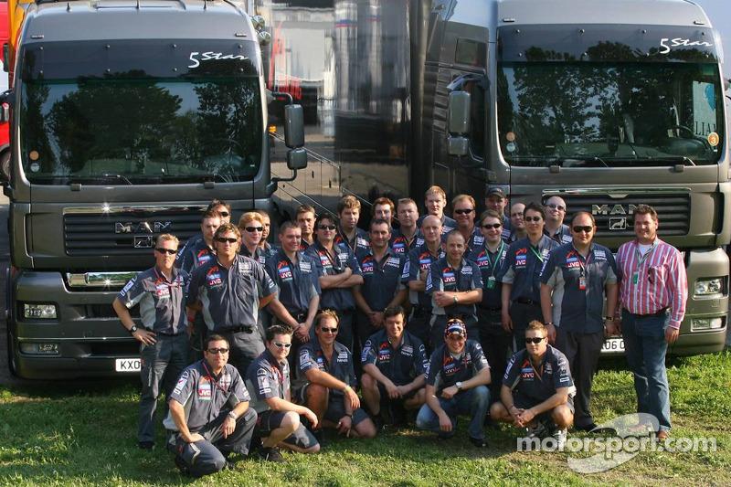 L'équipe Midland Team avec leur nouveau camion MAN et le directeur général de MAN Truck et Bert van Hasselt