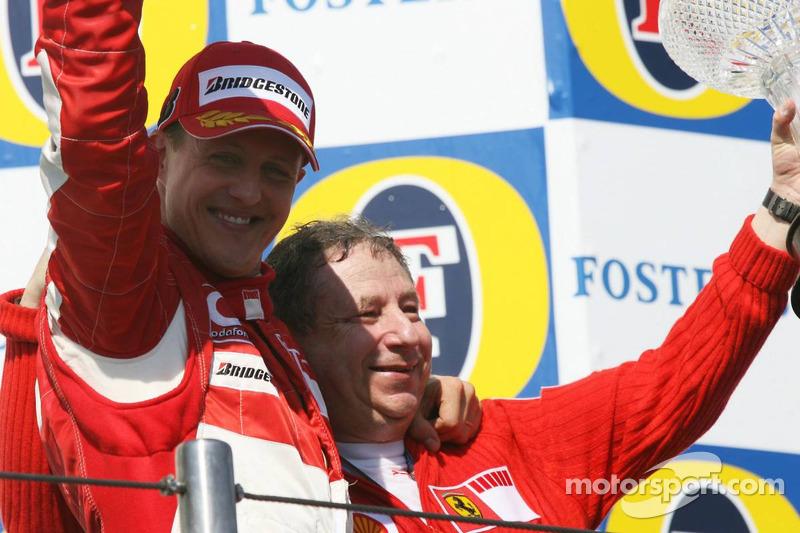 Podium: le vainqueur de la course Michael Schumacher avec Jean Todt