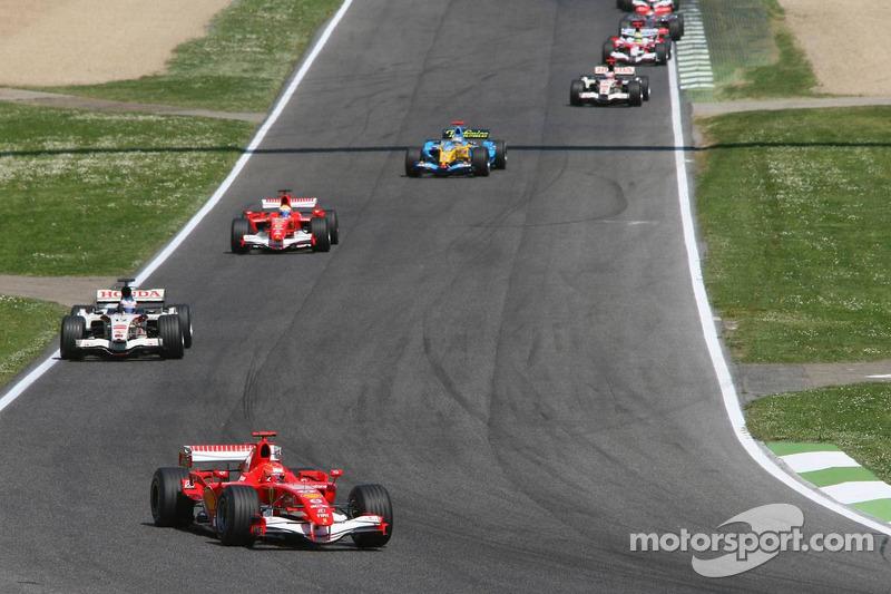Michael Schumacher devant après le départ de la course