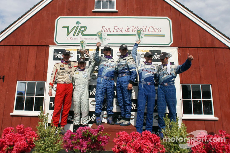 Podium GT: les vainqueurs Marc Bunting, Andy Lally et RJ Valentine, avec les deuxièmes Paul Edwards et Kelly Collins, et les troisièmes Michael Levitas et Randy Pobst