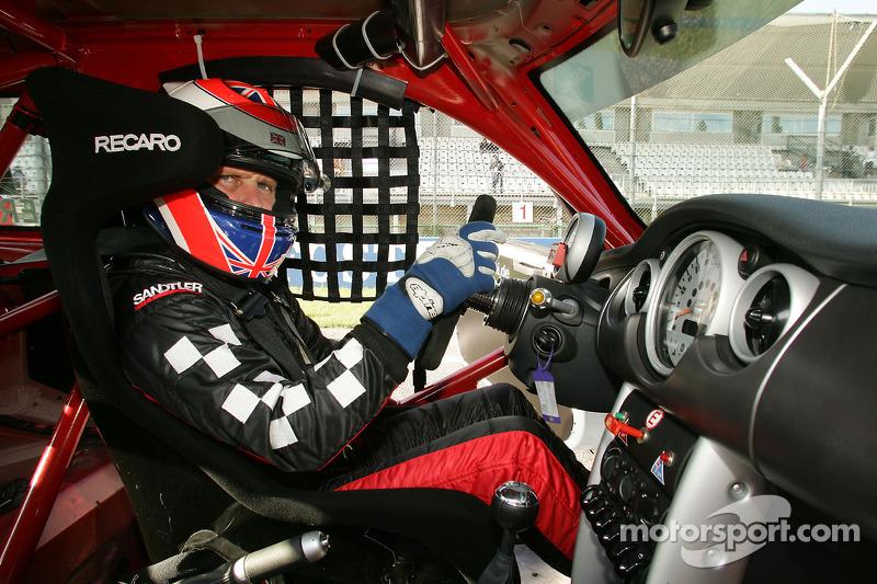 Johnny Herbert prend part à la course Mini