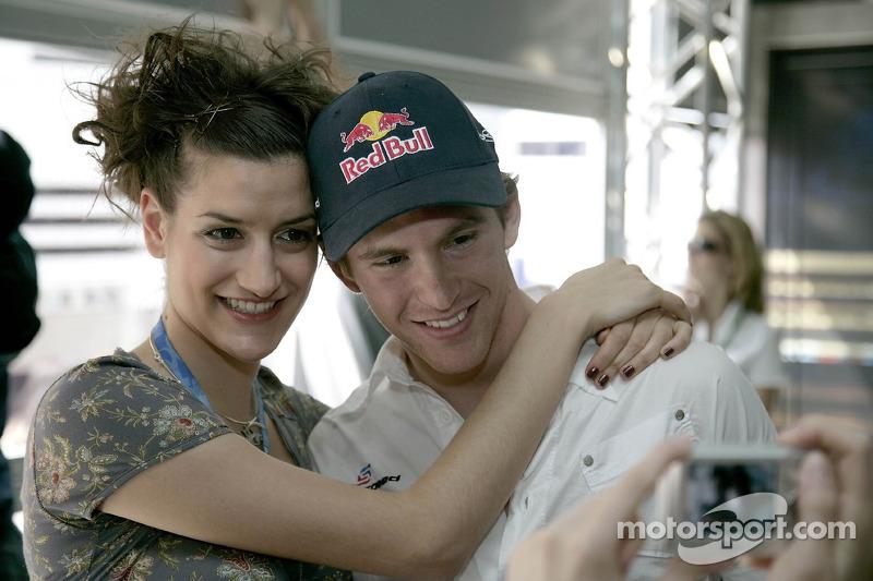 Scott Speed avec une jeune femme de la Formule 1 dans la station de Red Bull Energy