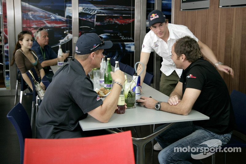 Scott Speed et Gerhard Berger dans la station de Red Bull Energy