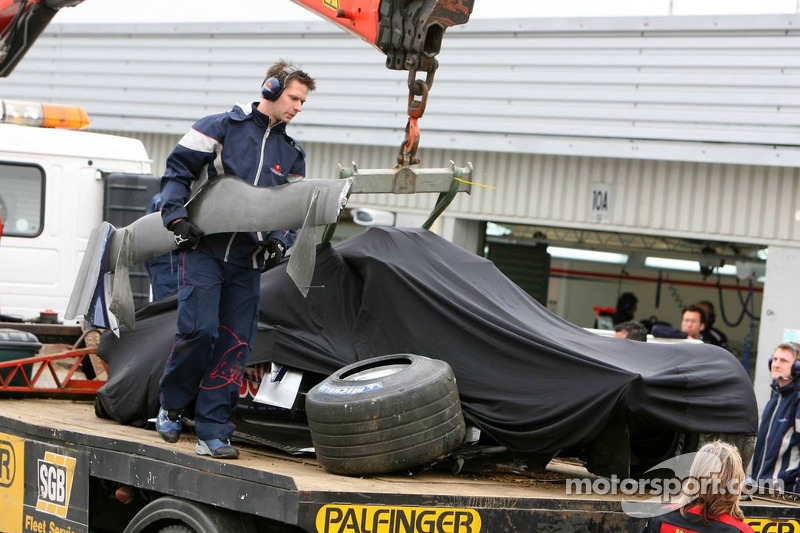 La voiture Red Bull Racing de Vitantonio Liuzzi, pilote d'essai, retourne aux stands après un accident