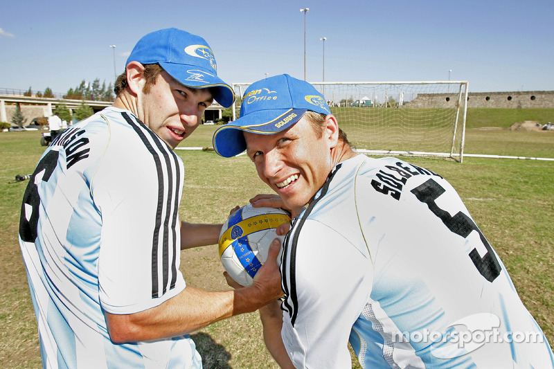 Petter Solberg et Chris Atkinson dans l'équipe de football argentine