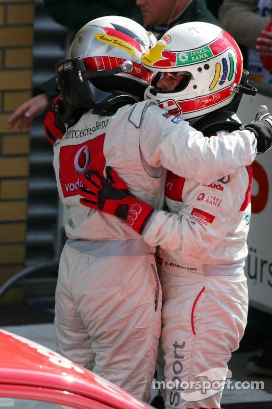 Le vainqueur de la course Bernd Schneider félicité par Tom Kristensen