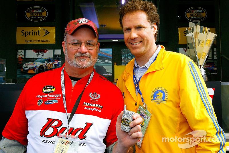 L'acteur Will Ferrell donne un téléphone Sprint pendant une promotion du film