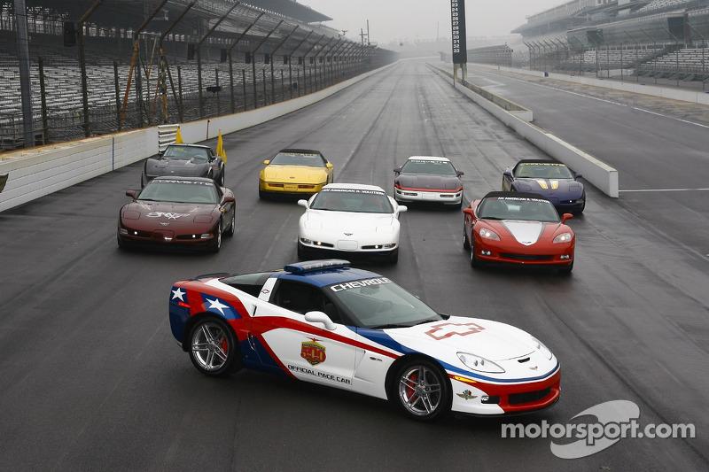 La voiture de chauffe Chevrolet Corvette Z06 devant des voitures de chauffe de Indianapolis 500 Corvette