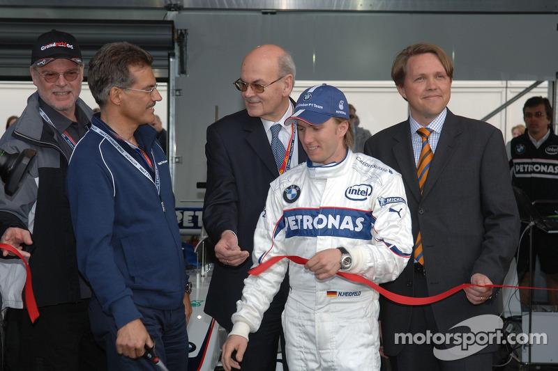 Visite du stand de l'équipe BMW Sauber: Dr Mario Theissen et Nick Heidfeld à la cérémonie d'ouverture