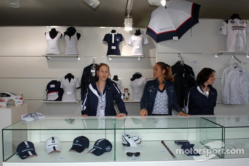 Visite du stand de l'équipe BMW Sauber: zone marchande