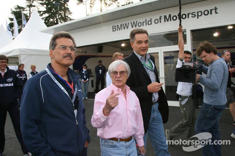 Visite du stand de l'équipe BMW Sauber: Dr. Mario Theissen et Bernie Ecclestone jette un coup d'œil sur le stand BMW