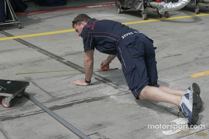 Un membre de l'équipe Red Bull Racing
