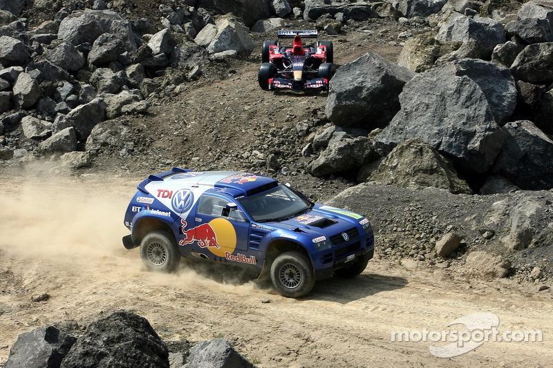 Red Bull: David Coulthard et Giniel de Villiers dans un Volkswagen Touareg devant une monoplace Scuderia Toro Rosso