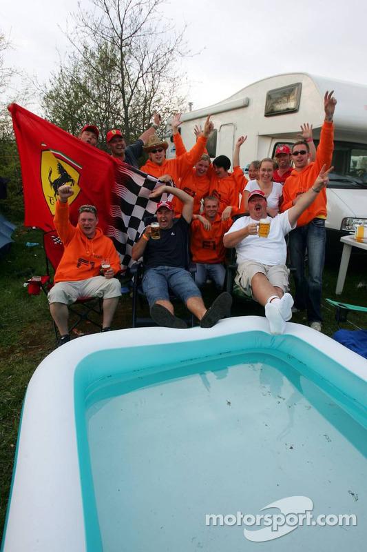 Fans dans un camping