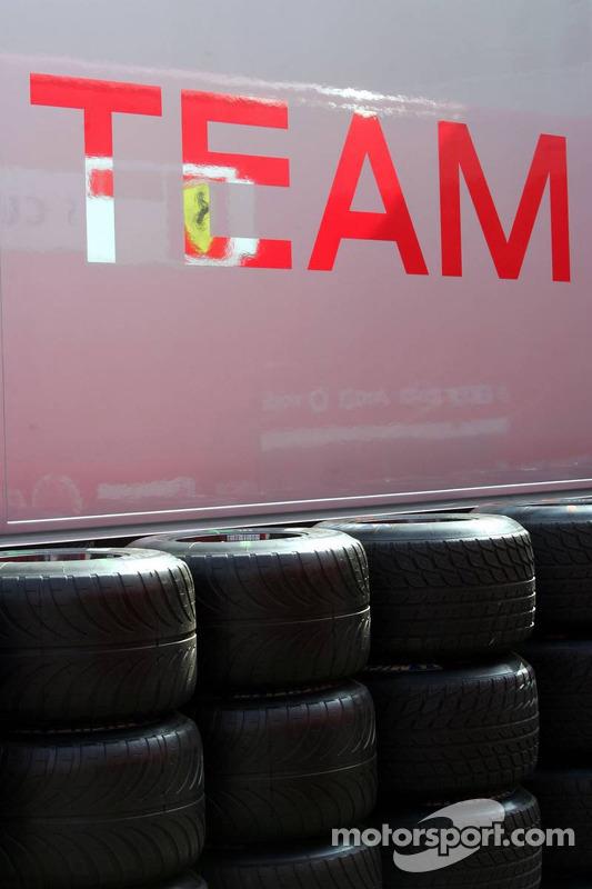Camion Ferrari en réparation dans un camion McLaren Mercedes