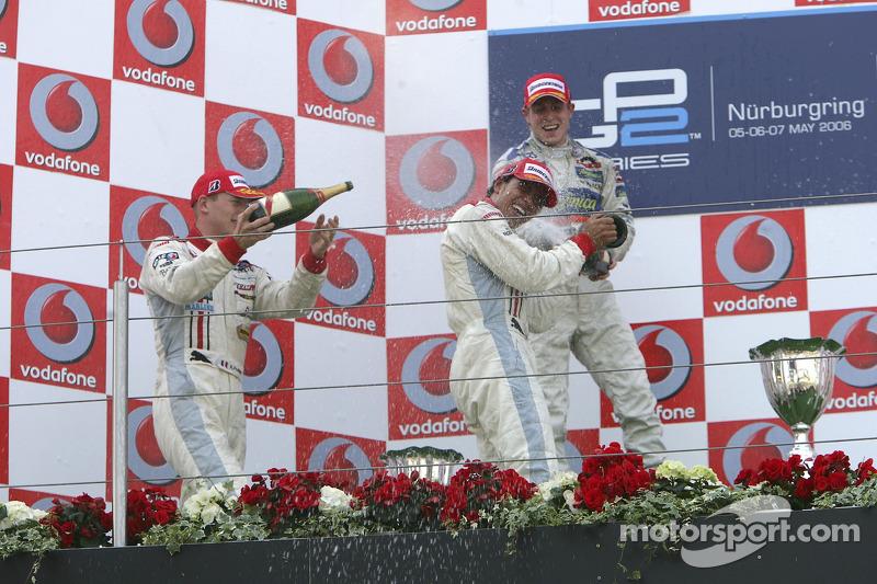 Lewis Hamilton premier, Alexandre Premat deuxième, Adam Carroll troisième, et du champagne